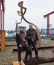 Im Modell und in Gross: Gabriel Mazenauer und Markus Graf vor ihrer Eisenplastik. (Bild: Stefan Hilzinger)