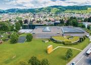 Vorgesehenes Baugrundstück des Lernzentrums nördlich der bestehenden HSG-Bauten: Die Familiengärten (links) sollen nicht tangiert werden. (Bild: Urs Bucher)