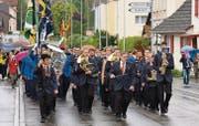 Angeführt von der Stadtharmonie Amriswil marschiert die Musikgesellschaft Muolen nach der Rückkehr aus Montreux durchs Dorf. (Bild: Yvonne Aldrovandi-Schläpfer)