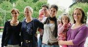 Treten ab: Bettina Spirig, Susanne Mötteli, Andreas Müller (mit Tochter Elena), Daniela Schwendener und Patricia Spirig Müller (mit Tochter Sofia) standen die letzten Jahre als Team hinter der Amriswiler Vollmondbar. Am Mittwoch übergeben sie die Bar in neue Hände. (Bild: Rita Kohn)