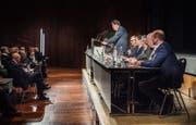 Präsident Hansjörg Brunner, flankiert vom Verbandsvorstand, spricht zu den Delegierten in Weinfelden. (Bild: Andrea Stalder)