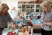 Marie-Louise Manganiello und Rosa Fabrizi kontrollieren ihre feilgebotene Ware. (Bild: Christof Lampart)