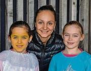 Alissa und Celina Signer bei den Proben mit der ehemaligen Europameisterin im Eiskunstlauf Sarah Meier. (Bild: pd)