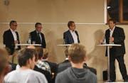 Die Hauptleute Reto Inauen (Appenzell) und Ruedi Eberle diskutierten unter der Leitung von Moderator Roger Fuchs mit Grossrat Jakob Signer (Appenzell) über die Strukturen im Inneren Land. (Bild: Jesko Calderara)