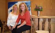 Die Wirtinnen: Sandra und Jeannette Schmidmeister im Saal des Restaurants. (Bild: Evi Biedermann)