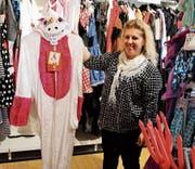 Corina Rohrer hat für jeden Fasnächtler ein Outfit. (Bild: Ramona Riedener)