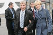 St. Galler Ständeratswahlen, November 2007: SVP-Präsident Toni Brunner mit Partnerin Esther Friedli auf dem Weg in den Pfalzkeller. (Bild: Ralph Ribi)