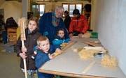 Unter kundiger Anleitung können die Kinder am Freitagabend und Samstagvormittag ihre eigene «Faggla» bauen. (Bilder: Adi Lippuner)