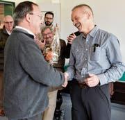 Ernst Ritzi, Beauftragter für das Wahlbüro, gratuliert Christoph Stäheli zum Wahlsieg und überreicht ihm als Geschenk ein Glas Honig. (Bild: Donato Caspari)