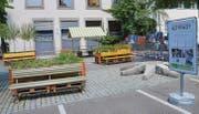 Auf einem Teil der Parkfelder hinter der Altstadt-Post sind bis am 31. Juli Sitzbänke und Pflanzenkübel aufgestellt. (Bilder: Philipp Haag)