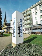 Der neue Name prangt bereits prominent vor der Rehaklinik Dussnang. (Bild: Olaf Kühne)