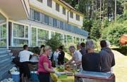 Asylsuchende aus der Landegg bekochten die Besucherinnen und Besucher des Flüchtlingssonntags. (Bild: Sara Leu)