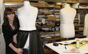 Nadja Humbel arbeitet an einem schwarzen Brautkleid. (Bild: Nina Rudnicki)