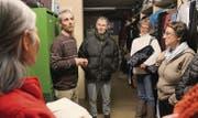 Christof Schönenberger zeigt der Gruppe bei der Führung einer der Schlafsäle. (Bilder: Alexandra Scherrer)