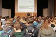Arno Germann, Rektor der Kantonsschule Kreuzlingen, begrüsst die Sekundarschülerinnen und -schüler zur Aufnahmeprüfung. (Bild: Geraldine Lamanna)