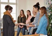 Stefanie Moser erklärt den Schülerinnen ihre Arbeit im Steueramt Märstetten. (Bild: Isabella Gómez)