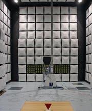 Sieht aus wie Science-Fiction: In der isolierten Messhalle wird das Prüfobjekt platziert (beim roten Dreieck) und Energieströmen ausgesetzt. (Bild: Jolanda Riedener)