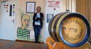 An der Wand hängt ein Original der Partnerschaftsurkunde: Kaff-Präsident David Nägeli im alten Kufsteinerstüberl in der «Linde». (Bild: Mathias Frei)