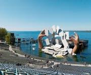 Im Spiel glaubt Carmen ihren baldigen Tod zu erkennen. Karten und zwei riesige Hände dominieren das Bühnenbild von Es Devlin für Bizets Oper auf der Seebühne. (Bild: Andrea Breitler/Bregenzer Festspiele)
