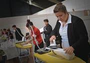 Flurina Schilling zeigt ihr Können beim Kochhutbügeln. (Bild: PD)