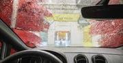 Blick aus dem Cockpit auf das bunte Treiben: Phase rot bedeutet in der Waschstrasse von Egloff-City Pflege. (Bild: Reto Martin (Reto Martin))
