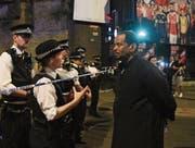 Die britische Polizei informiert Passanten in der Nähe des Tatorts in Finsbury Park. (Bild: Facundo Arrizabalaga/EPA (London, 19. Juni 2017))
