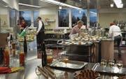 In der offenen Küche mit Aussicht wird das Eröffnungsessen vorbereitet. Hier können fünf Bewohner eine Anlehre machen. (Bilder: eg)