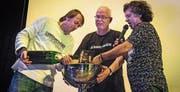 Da darf Champagner fliessen: Manfred Fries (Mitte) hält den Pokal mit der neuen CD. (Bild: Reto Martin)