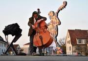 Francisco Obieta, Professor für Kontrabass am Landeskonservatorium Feldkirch, begleitet die Vernissage musikalisch. (Bild: Manuel Nagel)