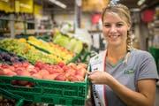 Seit kurzem verteilt Angela Stocker die Äpfel nicht mehr nur in der Landi: Als neue Apfelkönigin wird sie die Frucht ein Jahr lang vertreten. (Bild: Reto Martin)