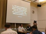 An der Pressekonferenz vom Dienstag wurde das Enthüllungsbuch vorgestellt. Am Tisch vorne links im weissen Hemd sitzt der Buchautor Markus Zangger, daneben Hugo Stamm. (Bild: Livio Brandenberg / LZ)