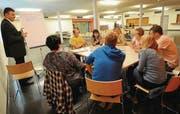 In der Runde: Unter der Moderation von Gemeindeammann Kurt Baumann diskutieren die Workshop-Teilnehmer, ob der Jugendtreff und die Spielgruppe im gleichen Gebäude sein sollen oder nicht. (Bild: Nana do Carmo)