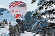 Der Ballon von Urs Frieden startet mitten im Skigebiet Sattel-Hochstuckli für die Ballon Fiesta. (Bild: PD)