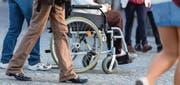 10 000 Menschen leben in der Schweiz mit MS. Da die Krankheit unter anderem Lähmungserscheinungen auslösen kann, sind viele auf einen Rollstuhl angewiesen. (Symbolbild: fotolia)