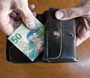 Reicht die AHV-Rente für den Lebensunterhalt nicht aus, erhalten Pensionierte Ergänzungsleistungen. (Bild: Christian Beutler/Keystone)