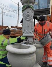 Angestellte der Stadt setzen den «Salz-und-Pfeffer-Brunnen» wieder instand. (Bild: Martin Rechsteiner)