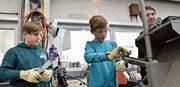 Mit Schutzbrille und Handschuhen machen die Jugendlichen ihre erste Erfahrung an einer Anlage zum Widerstandspunktschweissen. (Bilder: Heini Schwendener)