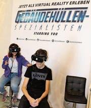 Inklusive Schwindelgefühl: Schüler erleben an den Messen die Berufe mit den VR-Brillen. (Bild: PD)