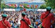 Das Arboner Kulturenfest zog am Samstag bei Sonnenschein viel Publikum an. Der Jakob-Züllig-Park am Quai vereinte Menschen vieler Nationen. Eine Trommlerformation aus Portugal eröffnete das Fest. (Bilder: Max Eichenberger)