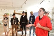 Museumsleiter Urs Leuzinger (in rot) mit Sammler Andreas Dragone und dessen Freunden - verkleidet als Figuren aus den Indiana Jones Filmen. (Bild: Donato Caspari)