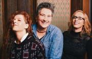 Drei Solo-Sängerinnen spannen zusammen: Die Amerikanerinnen Neko Case (links), K. D. Lang und Laura Veirs haben ein gemeinsames Album aufgenommen. (Bild: Jason Quigley)