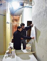 Projektleiter Thomas Gimmi bespricht mit Elektroinstallateur Valerian Maissen die Baupläne. (Bild: Mario Testa)