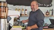 Die Kaffeemaschine ist das Herzstück seiner neuen Cafébar: Fabrizio Ribezzi im «Sorriso». (Bild: Annina Flaig)