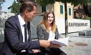 Besprechen die Ergebnisse der Arbeit: Bankleiter Aldo Kopp und Projektleiterin Anina Angehrn. (Bild: Simon Dudle)