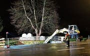 Die Feuerwehr Sennwald stand am Donnerstag bis in die Nachtstunden im Einsatz. (Bild: Corinne Hanselmann)