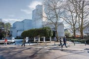 Sonniger Abstimmungssonntag fürs Theater St. Gallen: Ab 2020 kann sein Bau saniert werden. (Bild: Urs Bucher)