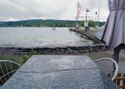 Regen, Regen, Regen: Sandsäcke schützen die Kioskwirtschaft «Schifflände» vor Wellenschlag. (Bild: Gudrun Enders)