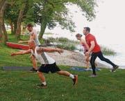 Eine Gruppe von «inFact Lifestyle» macht gemeinsam Sport am See. (Bild: pd)