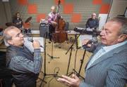 Wirken sehr innig: Thomas Götz und Marco Sacchetti an den Mikrophonen. Im Hintergrund Billy Schmid (Schlagzeug), Walo Gröbli (Kontrabass) und Dandy Meier (Klavier) von den Wallbangers. (Bild: Reto Martin)