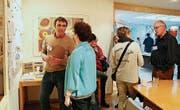 Mitarbeiter Volker Häussner erklärt einer Besucherin die Arbeit der Stiftung Mansio. (Bild: Hannelore Bruderer)